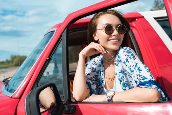 Frau mit Brille, Brille im Auto - Optik Zach Aschaffenburg