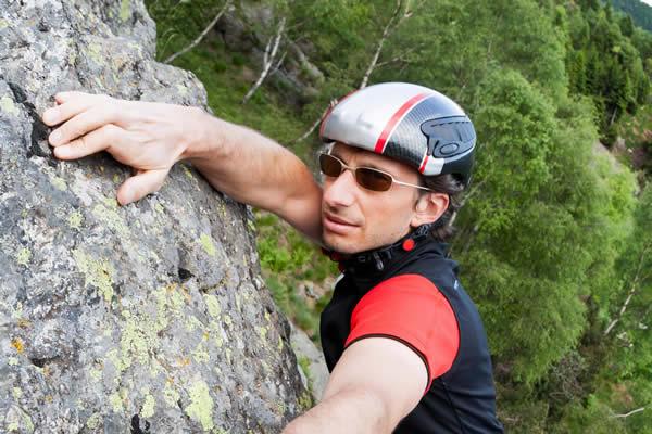 Mann beim Klettern mit Brille - Optik Zach Aschaffenburg