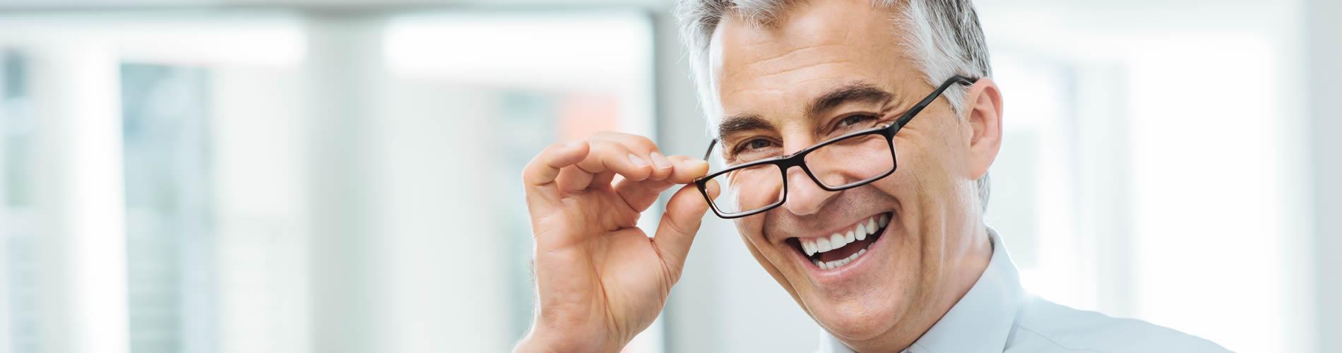 Mann mit Brille - Optik Zach Aschaffenburg