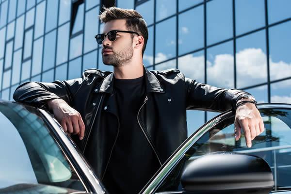 Mann mit Brille, Brille im Auto - Optik Zach Aschaffenburg