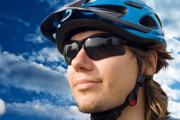 Mann mit Brille, Sonnebrille beim Sport - Optik Zach Aschaffenburg