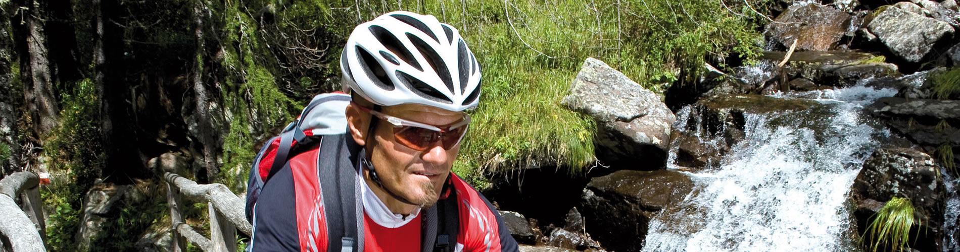 Mann mit Sportbrille und Fahrrad - Optik Zach Aschaffenburg