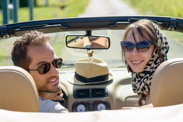 Paar mit Sonnenbrille im Auto (Cabriolet) - Optik Zach Aschaffenburg