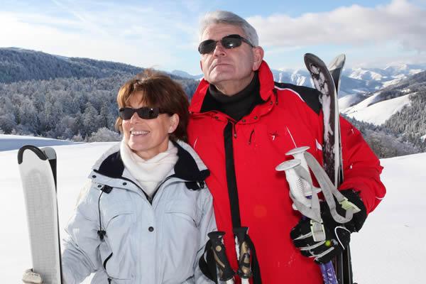 Paar mit Sonnenbrille beim Wintersport (Ski) - Optik Zach Aschaffenburg
